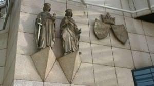 Wappen und Stadtpatronen am Rathaus Essen