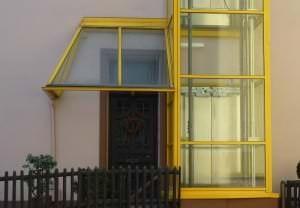 Tür mit Vordach