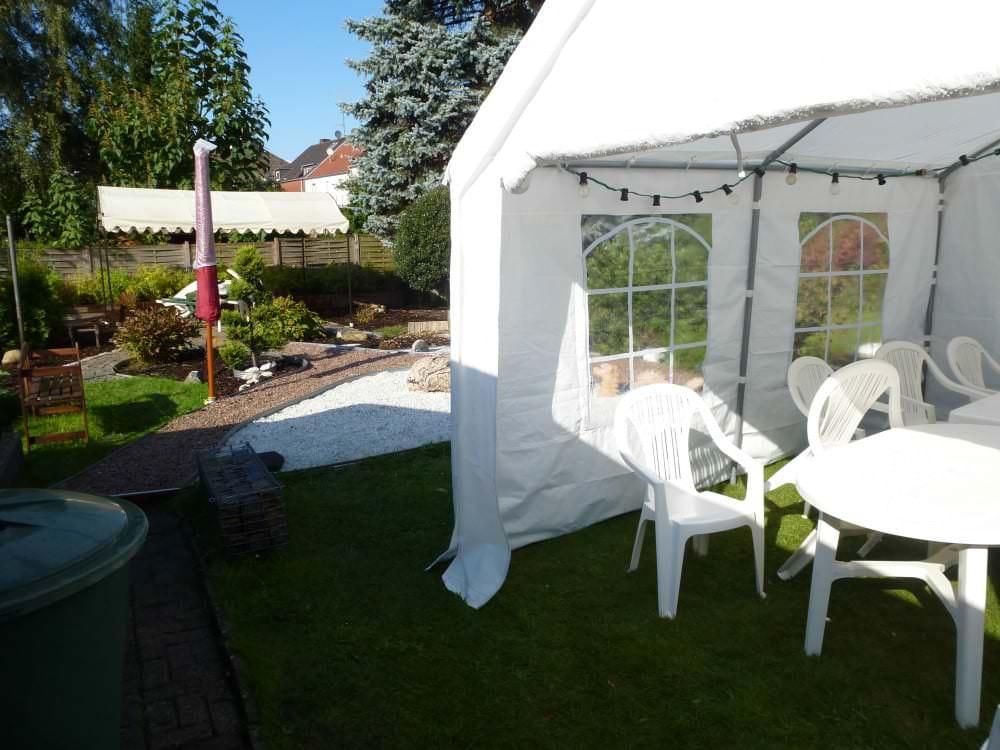 Gartenstühle unter einem Pavillon